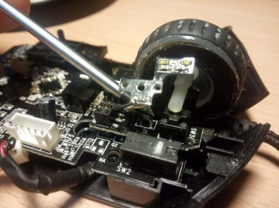 Como limpiar tu ratón - sacar la rueda scroll2